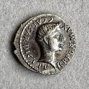 ADV. CAIVS JVLIVS CAESAR (100 – 44 B.C) REV. AVGVSTVS CAIVS OCTAVIVS CAEPIAS THVRINVS (27 B.C. – 14 A.D.) - Ancient Replicas - ancientreplicas.co.uk